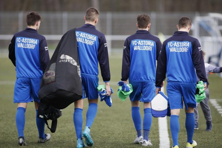 Walldorf. FC Astoria Walldorf II gegen den 1.FC Bruchsal. Walldorfer Zeugtraeger. 03.04.2016 - Helmut Pfeifer.