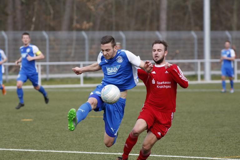 Walldorf. FC Astoria Walldorf II gegen den 1.FC Bruchsal. Links Jannik Mohr FCA II rechts Denis Schwager Bruchsal.  03.04.2016 - Helmut Pfeifer.