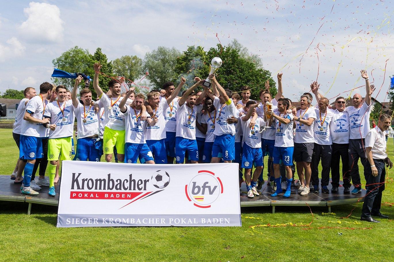 Siegerehrung, Zeremonie: die siegreiche Mannschaft FC Astoria Walldorf feiert mit dem BFV-Krombacher-Pokal.  GES/ Fussball/ Finaltag der Amateure: FC Astoria Walldorf - SpVgg Neckarelz, 28.05.2016 --