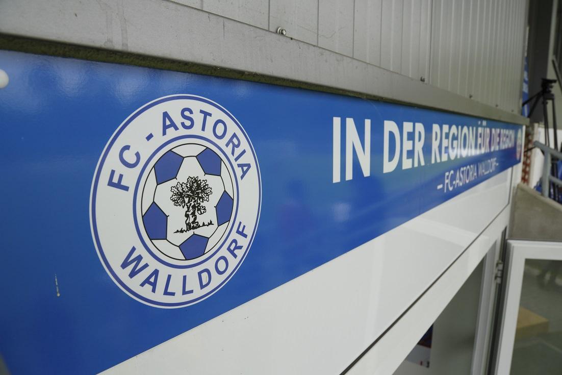 Fussball. Regionalliga Suedwest. Saison 2014-2015. 32. Spieltag. FC Astoria Walldorf - KSV Baunatal. Banner - in der Region fuer die Region. 09.05.2015 - Jan A. Pfeifer - 01726290959