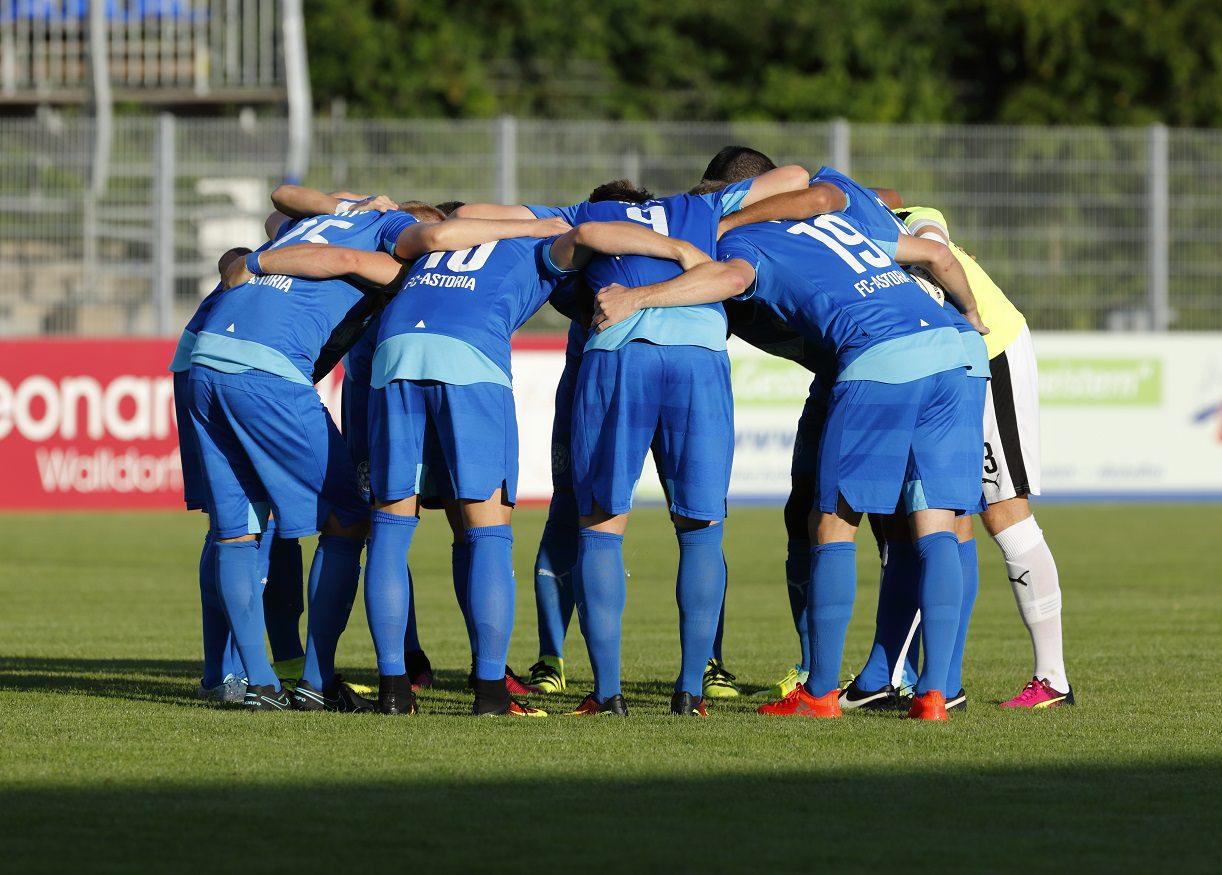 Fussball. Regionalliga Suedwest. Saison 2016-2017. 01. Spieltag. FC Astoria Walldorf -TUS Koblenz. Teamgeist Walldorf. 05.08.2016 - Jan A. Pfeifer - 01726290959