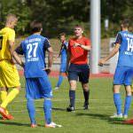 Fussball. Oberliga BW. Saison 2016-2017. 08. Spieltag. FC Astoria Walldorf II - Karlsruher SC II. Schiedsrichter Marco Gegner ermahnt Niklas Hoffmann (KSC, 13). 11.09.2016 - Jan A. Pfeifer - 01726290959