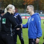 Fussball. DFB-Pokal, 2016-2017, 2. Runde. FC Astoria Walldorf - SV Darmstadt 98. Cheftrainer Matthias Born (FCA Walldorf) begruesst Schiedsrichterin Bibiana Steinahus in Walldorf.  26.10.2016 -