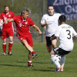Fussball. Bayern Allstars - SAP Digital Heros. Marcel Witeczek (Bayern Allstars) gegen Wie Hvang (SAP Digital Heros). 05.04.2017 - Jan A. Pfeifer - 01726290959