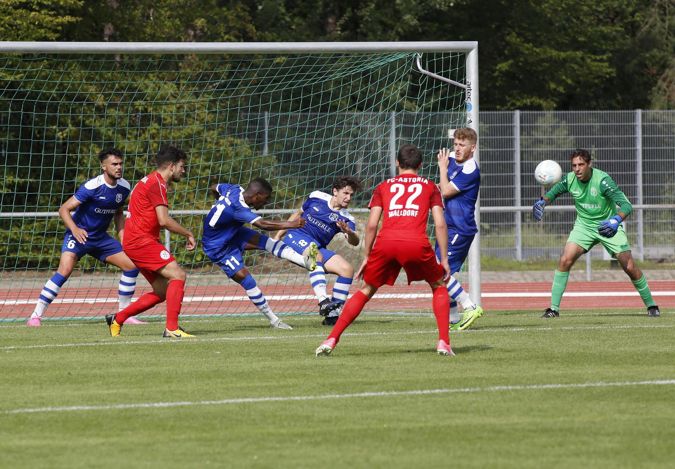 Walldorf. Fussball FCA Walldorf II gegen TSG 62 / 09 Weinheim.  TSG Weinheim klaert mit allen Mannen. 26.08.2017 - Helmut Pfeifer.